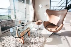 Have you been thinking about starting your own minimalist lifestyle? Or are you having some struggles when it comes to minimalism? Here are 5 tips to. Diy Chair, Sofa Chair, Fresco, Office Cleaning Services, Blog Fotografia, Home Upgrades, Interior Stylist, Cool Chairs, Modern Chairs