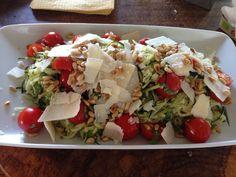 Squash salat: squash, pinjekerner, tomat, en god håndfuld basilikum, parmasanost, olie, citronsaft og skal, 1 fed hvidløg, salt og peber:)