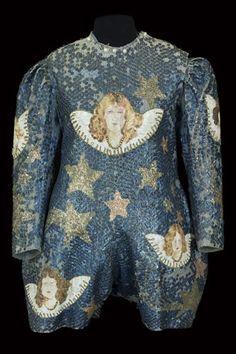 Costumes des dames Bario, 1920-1930, satin brodé, sequins, peinture. Coll. Musée du cirque Alain Frère. © CNCS / Photo Pascal François