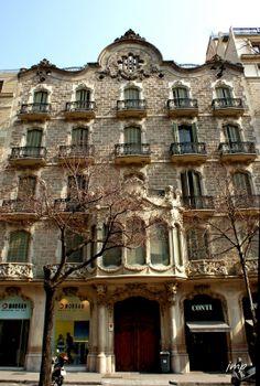 Casa Juncosa.Obra del arquitecto Salvador Viñals y Sabaté, construida entre 1907 y 1909 en un gran solar en la esquina con la calle Valencia. Destaca especialmente por la gran tribuna central y el vestíbulo de aire ligeramente modernista.Barcelona.