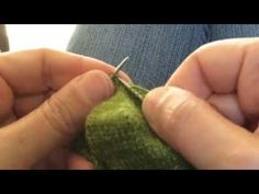 "En vidéo: ma technique préférée pour tricoter un talon de chaussette. Le talon en rangs raccourcis donne un talon plus ""naturel"" que le talon plat. Crochet Wool, Knitting Socks, Points, Voici, Youtube, Diy, How To Knit, Tights, Tejidos"