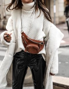 Street Style + Fall Fashion For Women + Fur Coat with Chunky Sweater + Belt Bag - Outfit Fashion Fashion Blogger Style, Fashion Mode, Look Fashion, Fashion Trends, Fall Fashion, Grey Fashion, Fashion Bloggers, Fashion Beauty, Fashion Outfits