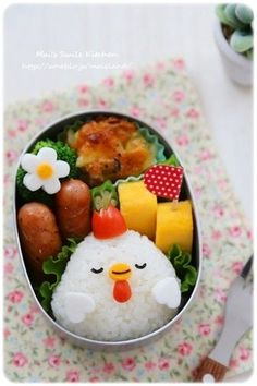 Cute chicken onigiri bento box (made from rice, cheese, nori, egg, & wieners) Bento Box Lunch For Kids, Bento Kids, Cute Bento Boxes, Lunch Ideas, Lunch Box, Kawaii Bento, Bento Recipes, Baby Food Recipes, Japanese Snacks