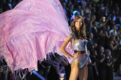 #KarlieKloss on the #runway @ Victoria's Secret #Fashion Show. #Models #Supermodels #VS #VSAngels #Vogue.