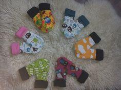 Gör såhär:    Steg 1: Rita ut alla mönsterdelar och klipp ut. Varje vante består av 5 delar, två yttertygsbitar (de gula), två foderdeler i fleece ( de svarta) och en bit mudd ca 15*10 cm. Jag… Kids Patterns, Sewing Patterns, Sewing Projects, Projects To Try, Baby Barn, Textiles, Fleece, Diy Baby, Baby Sewing
