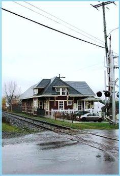 RIVIÈRE-BLEUE, Québec - dépôt Temiscouata Railway Good Times, Scenery, Train Stations, Cabin, House Styles, Home Decor, Blue, Homemade Home Decor, Landscape