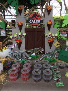 Decoración de la mesa de dulces con temática de Jurassic Park. #JurassicPark #CandyBar #Mesadedulces #Fiesta #Dinosaurios #Handcraft