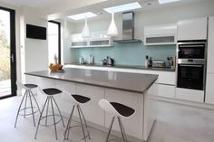 Advice on white kitchen worktop options and how to choose the best worktop colour for a white kitchen to enhance your intended kitchen look. Kitchen Units, Kitchen Worktop, Handleless Kitchen, White Gloss Kitchen, Kitchen Installation, New Kitchen, Kitchen Island With Seating, White Kitchen Island, Kitchen Seating