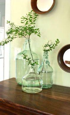 Reaproveite potes de vidro, garrafas, garrafinhas, garrafões. É um jeito consciente de evitar o desperdício desses materiais e ganhar vasos lindos. A dica é usar um vidro grande sozinho ou combinar…