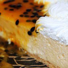 Torta Ice Maracujá: Finíssima massa de biscoito, creme de chocolate branco com maracujá e cobertura de suspiros de chantilly com maracujá azedinho.  #DiNorma #love #cake #pie #ice #marcujá