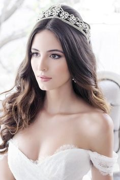 For that, we have unique hairstyles to make your wedding memorable. Hairstyle For Wedding Day, Half Up Wedding Hair, Curly Wedding Hair, Braided Hairstyles For Wedding, Bridal Hair Tiara, Bridal Hair Buns, Bridal Braids, Side Braid Hairstyles, Tiara Hairstyles