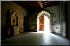 Entrer dans une construction bâtie il y a 10 siècles est un moment magique. Certes, le donjon de La Veyrie proche de Bernin en Isère a été très modernisé par son dernier propriétaire, pourtant il y a une ambiance dans les ombres et le silence.