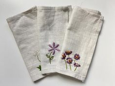 Enhance your dining experience with these elegantly embroidered cloth napkins. These Embroidered Floral Napkins will have your guests enchanted by your design tastes as well as your embroidery skills. Floral Embroidery Patterns, Embroidery Monogram, Hand Embroidery Designs, Diy Embroidery, Vintage Embroidery, Embroidery Stitches, Machine Embroidery, Cloth Napkins, Couture