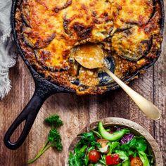 Klassisk moussaka - Recept - Tasteline.com Lamb Recipes, Wine Recipes, Paleo Recipes, Moussaka, Food From Different Countries, Home Food, Mellow Yellow, Tandoori Chicken, Food Porn