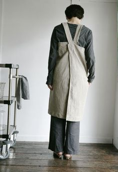 No tie apron. Just slide over head. http://plainandsimplehome.com/collections/tools?page=3