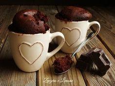 La torta in tazza è una tortina monoporzione che si prepara appunto all'interno di una tazza e si cuoce per un minuto nel forno a microonde