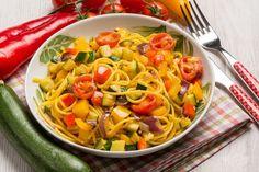 Gli spaghetti zucchine, pomodori e peperoni sono un primo piatto colorato, pieno di sapore e facile da preparare. Ecco la ricetta