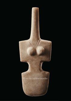 Figure féminine de type violon, Grèce. / Antiquité : Art des Cyclades. / Musée Barbier-Mueller, Genève.