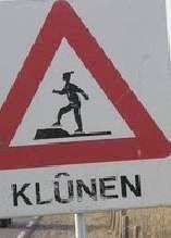 Klunen is een Fries leenwoord dat lopen op schaatsen betekent.  Om bij schaatsevenementen op natuurijs (zoals de Friese Elfstedentocht) de schaatsen te beschermen, worden er op dergelijke plaatsen planken en matten neergelegd, waarover de schaatser - met de schaatsen aan de voeten - kan lopen zonder dat de ijzers beschadigd raken. Dit lopen op schaatsen wordt in het Fries klune genoemd.