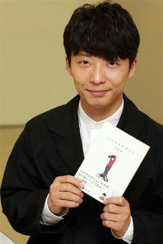 俳優でミュージシャンの星野源さん(36)が4作目となるエッセー集『いのちの車窓から』(KADOKAWA、1200円+税)を出した。芝居も音楽活動も絶好調。多忙に…