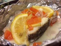 Baked Threadfin with Ginger, Onions and tomatoes and sliced lemon Cohen Diet Recipes, Cooking Recipes, Healthy Recipes, Fish And Seafood, Onions, Tomatoes, Hamburger, Lemon, Baking