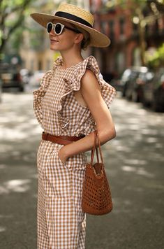 Gingham trend is not something very new but it becomes trend again and again. Here are some stylish outfit ideas for spring. Spring Summer Fashion, Spring Outfits, Outfit Summer, Outfit Vintage, Vintage Hats, Gingham Jumpsuit, Stripe Dress, Look Fashion, Womens Fashion