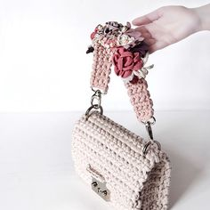 Побольше бы вчерашних понедельников, поменьше бы сегодняшних ливней ☔️ Предельно высокая концентрация нежностей на ремне для сумки из нашей коллаборации с @mashaberlin ✂️ В дуэте с сумкой цвета бордо мы вам её уже показывали, а вот с бежевой #ШанельМихална впервые - какое сочетание вам нравится больше? Мы #КакОбычно выбрать не можем ♀️ #sevirika Crochet T Shirts, Knit Or Crochet, Crochet Stitches, Crochet Handbags, Crochet Purses, Yarn Bag, Bag Pattern Free, Ideias Diy, Diy Purse