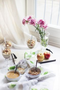 Jälkiruuaksi tai kahvipöytään helpot omenaiset raakakakut laseissa.