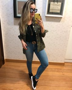 A imagem pode conter: uma ou mais pessoas, pessoas em pé, telefone, sapatos e óculos Indie Outfits, Chic Outfits, Fashion Outfits, Everyday Casual Outfits, Looks Jeans, Alternative Outfits, Types Of Fashion Styles, Casual Looks, Ideias Fashion