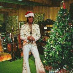 Graceland at Christmas time with Elvis in the jungle room Elvis Und Priscilla, Priscilla Presley, Graceland, Beautiful Voice, Beautiful Men, Elvis Presley Christmas, Are You Lonesome Tonight, Elvis Memorabilia, Elvis Presley Photos