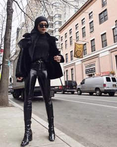 Here's What Fashion Girls Are Wearing to Concerts This Season You are in the right place about Concert Outfit fall Here we offer you the most beautiful pictures about the spanish Concert Outfit you ar Street Style 2018, Street Style Edgy, Autumn Street Style, Edgy Outfits, Curvy Outfits, Winter Outfits, Fashion Outfits, Concert Outfit Winter, Concert Outfits
