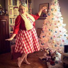 Miss Kittenheel vintage plussize style PinUp Girl Lindy Bop Curvy Christmas Kitsch Kitschmas Fascinator Check 50s 1950s