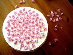 Tort śmietankowy dla małej księżniczki z różowym biszkoptem