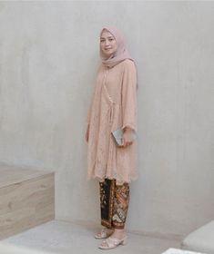 39 ideas dress brokat hamil for 2019 Model Kebaya Brokat Modern, Kebaya Modern Hijab, Dress Brokat Modern, Kebaya Hijab, Batik Kebaya, Kebaya Dress, Dress Brukat, Model Rok Kebaya, Model Kebaya Muslim