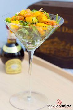 Il cocktail di gamberi con mango e avocado é un antipasto che si prepara in pochi minuti e che combina pesce con frutta esotica, un connubio molto usato anche nei grandi ristoranti.