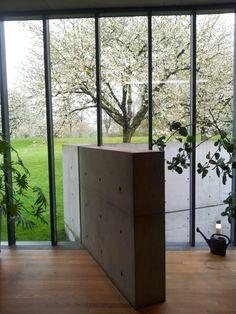 The view into the serenity. Conference pavilion - Tadao Ando In het gebouw is het uitzicht verbluffend. In combinatie met de warmte van binnen ontstaan door het hout. Ondanks de warme hout in het interieur worden je ogen naar buiten geleidt om tot rust te komen en te genieten van de omgeving.