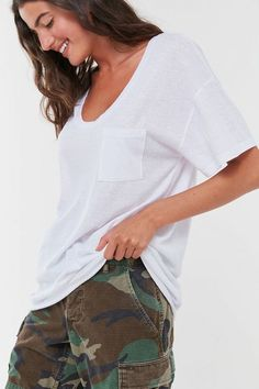 Not all white tees are created equal, though, so we discovered the best white t-shirts for any type of outfit. Oversized White T Shirt, Plain White T Shirt, White Tees, White Tshirt Outfit, Fall Outfits, Outfit Winter, Outfit Summer, Minimalist Fashion, Clothing Patterns