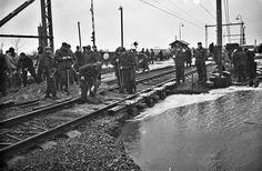 Spoorweg bij Bijsteren weggespoeld door dijkdoorbraak in 1965