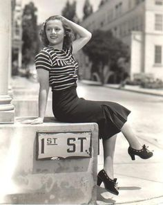 1940 style. Love those shoes!