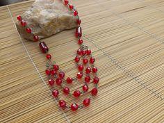 colar envelhecido todo castroado com cristais e tubos de vidro,todos em vermelho.