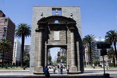 Puerta de la Ciudadela, Peatonal Sarandí y Calle Juncal (Ciudad Vieja), Montevideo, Uruguay.