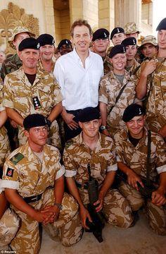 Бывший премьер-министр с британскими войсками в Басре в Ираке в 2003 году, вскоре после то...