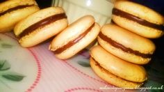 Makaroniki z nadzieniem czekoladowym. Hot Dog Buns, Hot Dogs, Bread, Cookies, Food, Crack Crackers, Brot, Biscuits, Essen