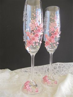 summcoco gives you inspiration for the women fashion trends you want. Champaign Glasses, Wedding Wine Glasses, Diy Wine Glasses, Decorated Wine Glasses, Wedding Champagne Flutes, Hand Painted Wine Glasses, Wine Glass Candle Holder, Wedding Crafts, Deco Table