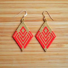 Boucles ethniques Rouge mat et doré en perles Miyuki cousues main attaches plaqué or Gold filled 14k Bead Jewellery, Seed Bead Jewelry, Seed Bead Earrings, Diy Earrings, Earrings Handmade, Jewlery, Beaded Earrings Patterns, Beading Patterns Free, Jewelry Patterns