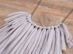 Tutoriales DIY: Cómo hacer un collar de flecos con trapillo vía DaWanda.com