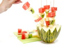 Brochetas de frutas para fiestas de verano