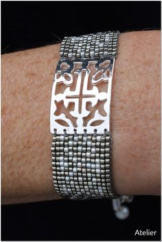 Stunning Bracelet in Grey and White Beads with Silver Cross