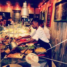 Le Restaurant Bollynan est un restaurant indien unique à Paris. Situé dans le coeur du quartier Montorgueil, le restaurant, confortable et conçu dans un style élégant, rend chaque espace très plaisant pour apprécier une délicieuse cuisine indienne. Une expérience authentique qui donne vraiment l'impression de diner ou déjeuner en Inde !  Une Spécialité : Les Nans, préparés avec des farines bio et cuits à la demande dans le four traditionnel. Pour tous les goûts : Nans natures, à l'ail, Nans…