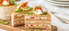 Zutaten: 16 Scheiben Mehrkorntoast; 1 unbehandelte Zitrone; 280 g Ziegenfrischkäse; 125 g Crème fraîche; 1 Msp. Cayennepfeffer; 4 Blatt Gelatine; 150 g eingelegte Paprika; 0,5 Bund Minze; 2 EL Milch; 4 EL Crème fraîche; Gartenkresse; etwas Öl für die Ringe; Salz, Pfeffer! Mehr dazu auf der ADEG Website! Creme Fraiche, Gelatine, Vanilla Cake, Desserts, Food, Mint, No Sugar, Tailgate Desserts, Postres